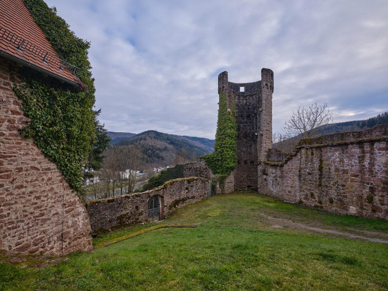 Schloss Hirschhorn, südliche Umfassungsmauer mit Schaftturm.