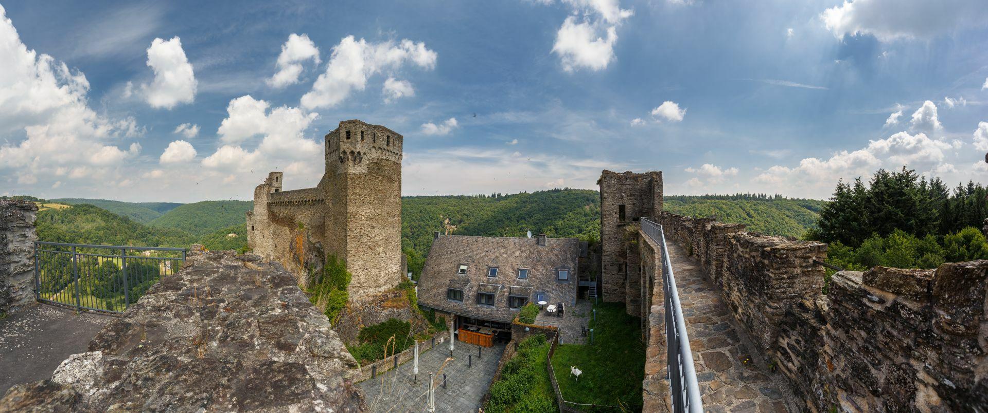 Burgruine Hohenstein, äußere Schildmauer mit Wehrgang