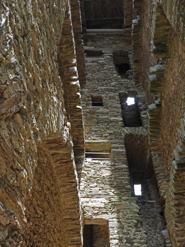 Burgruine Oberreifenberg, das Innere des Wohnturms