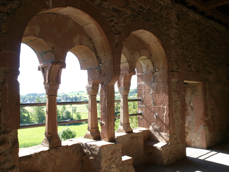 Kloster Konradsdorf, Arkadenfenster mit Sitzbänken