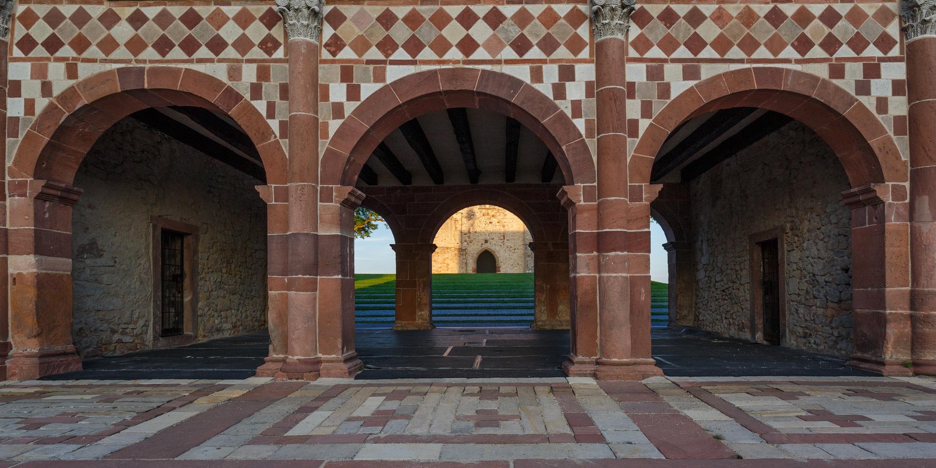 Blick durch die Arkaden der Torhalle zum Kirchenfragment Michael Leukel 2019