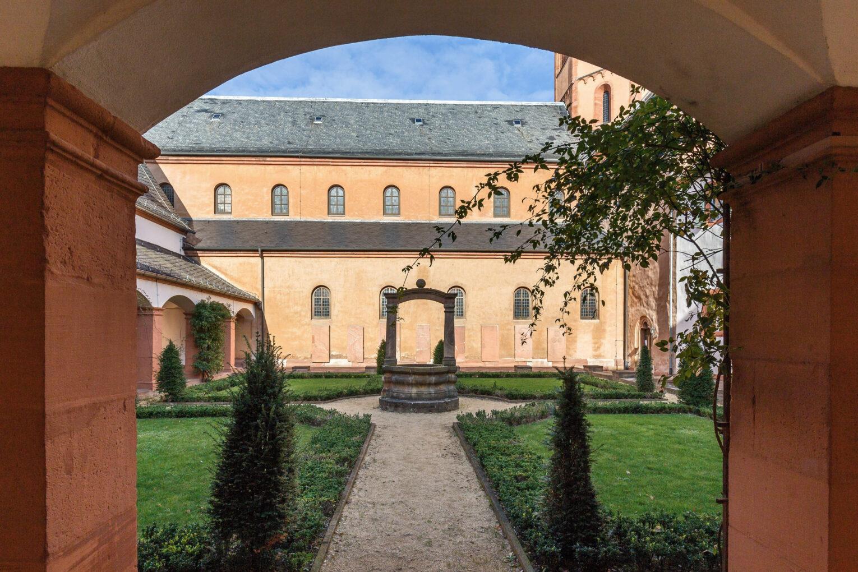 Blick in den Prälaturgarten im Kloster Seligenstadt.