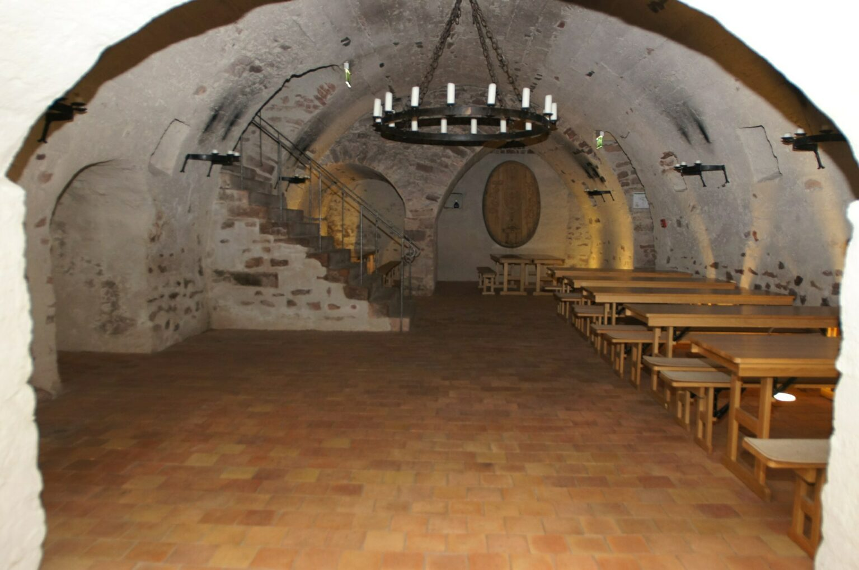 Blick in den Weinkeller im Kloster Seligenstadt