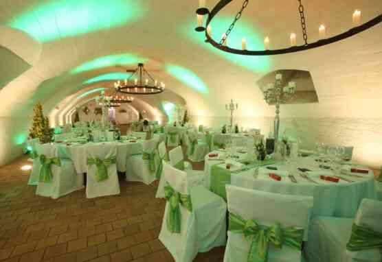 Geschmückte runde Tische im Großen Weinkeller