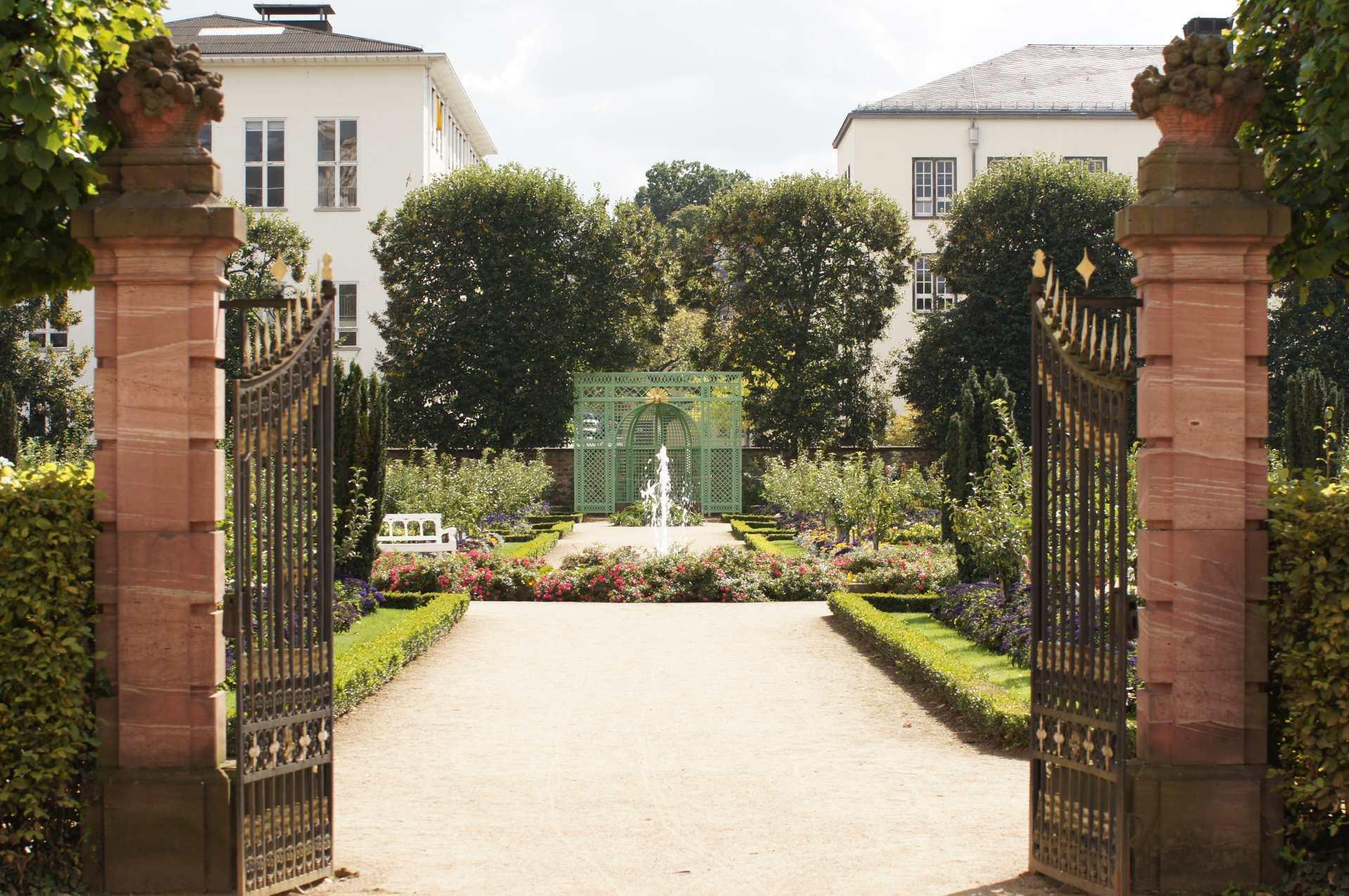 Blick durch das Tor in den Prinz-Georg-Garten