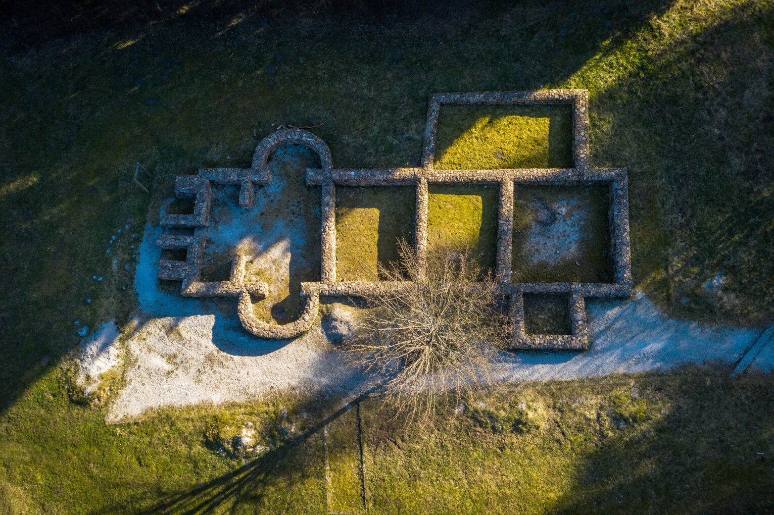 Feldbergkastell, Grundmauern des Bads