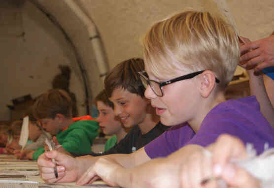 Grundschulklasse bei Mitmachangebot