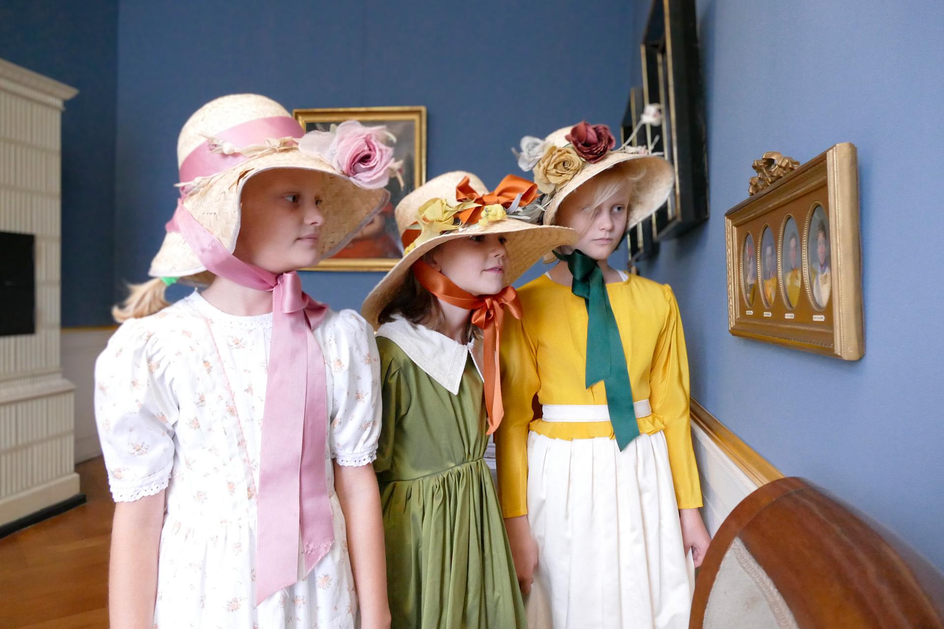 Gruppe von Mädchen in historischen Kostümen