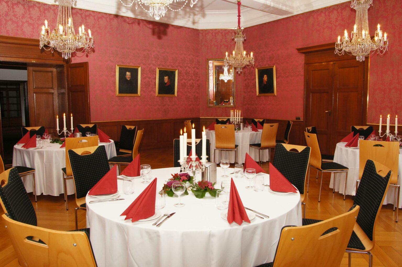 Der Louissaal in Schloss Homburg mit festlich dekorierten Tischen