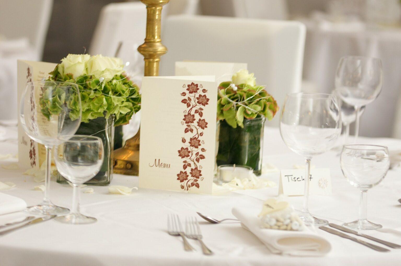 Ein festliches Tischgedeck mit Blumen und Menükarten