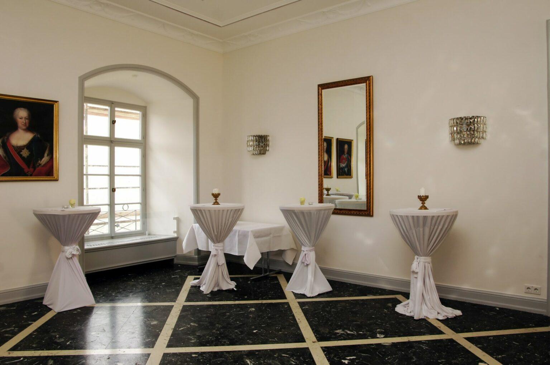 Dekorierte Stehtische im Vorraum des Weissen Saals