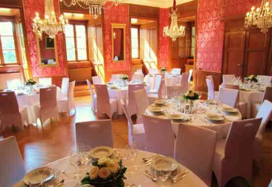 Der Louissaal mit festlich gedeckten Tischen