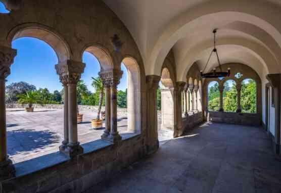 Blick aus der Romanischen Halle auf die Terrasse in Schloss Homburg