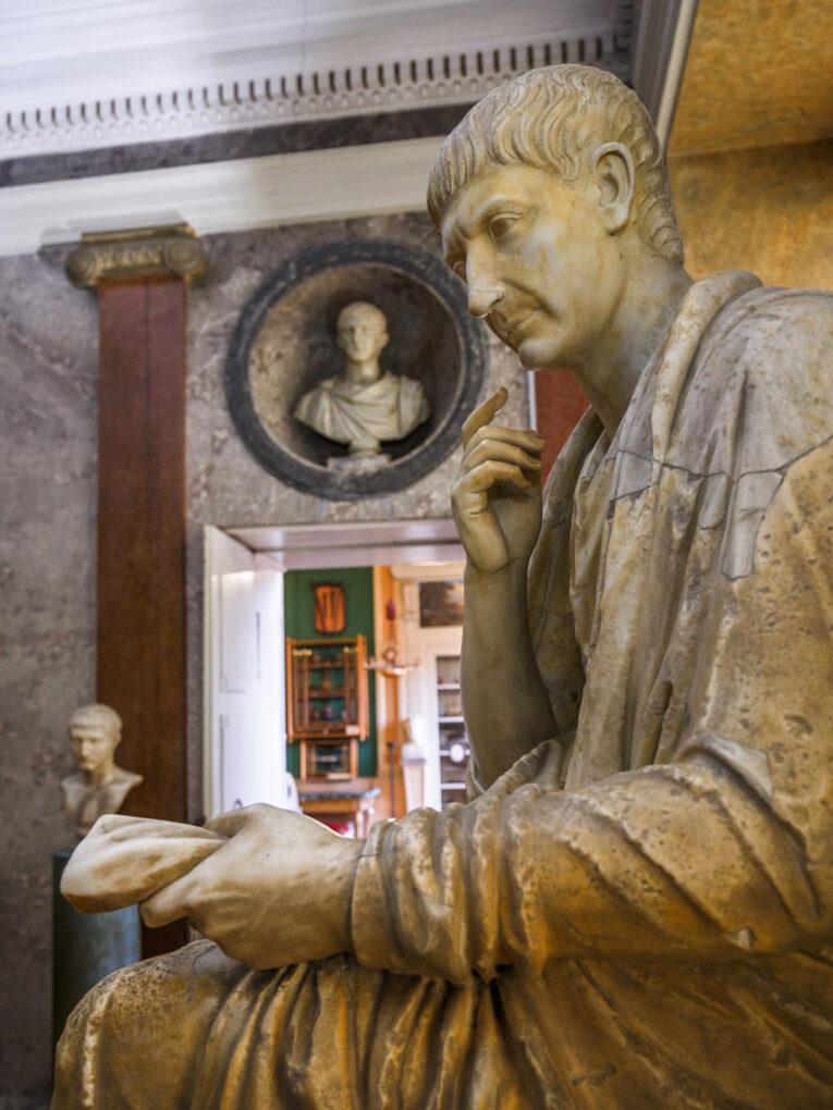 Sitzstatue des römischen Herrschers Trajan