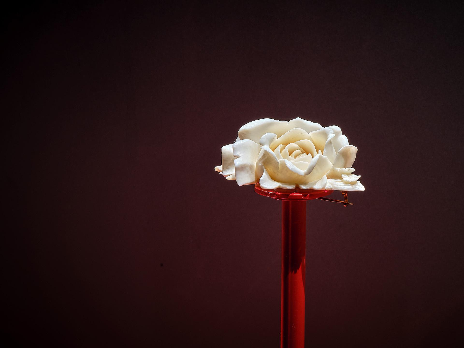 Erbach, Rose aus Elfenbein geschnitzt