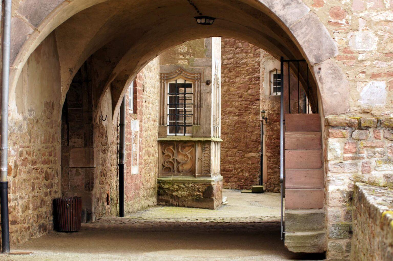 Blick durch den Torbogen in den Hof von Schloss Steinau