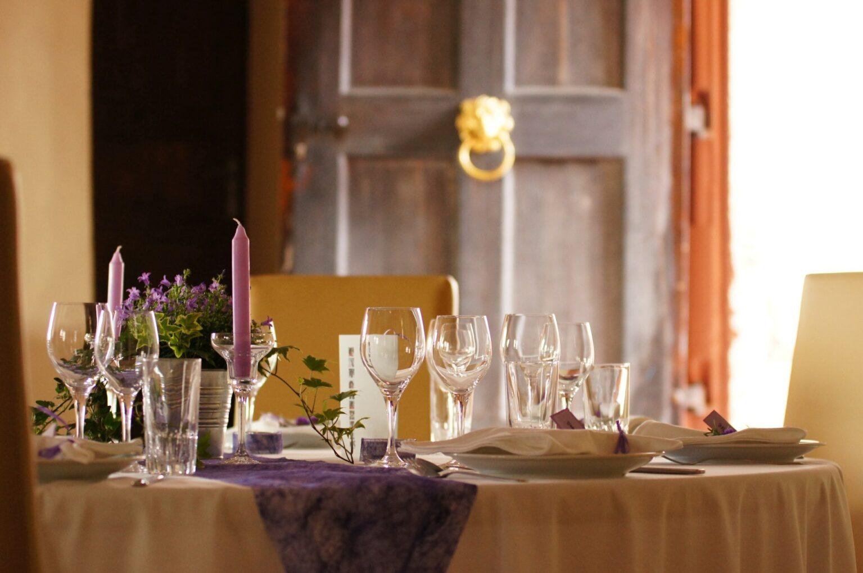 Gedeckter Tisch in der Alten Hofstube in Schloss Weilburg
