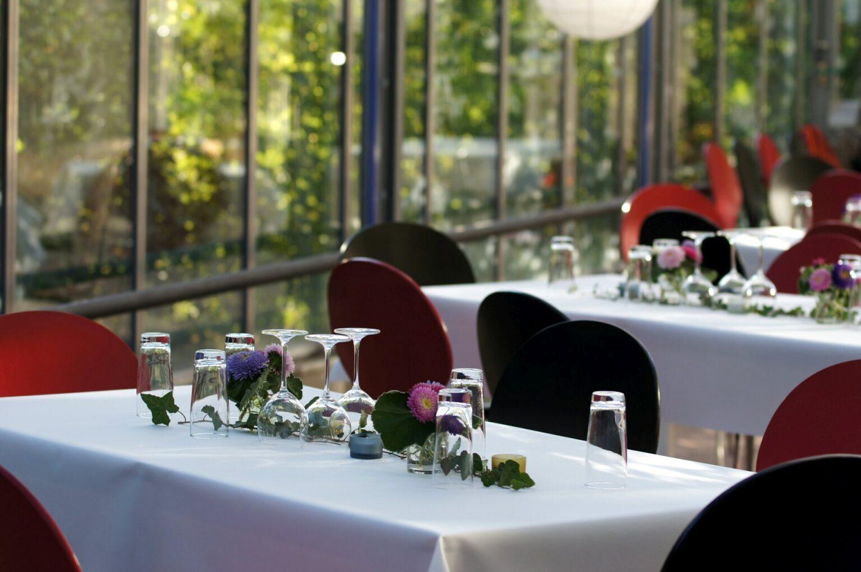 Festlich gedeckte Tische im Glashaus