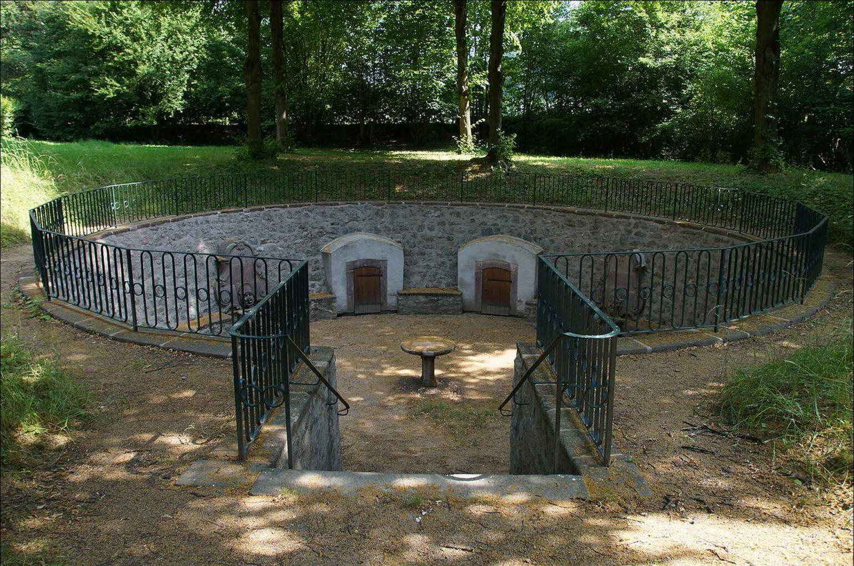 Der von einem Gelände umgebene Goethebrunnen bei Hochstädten