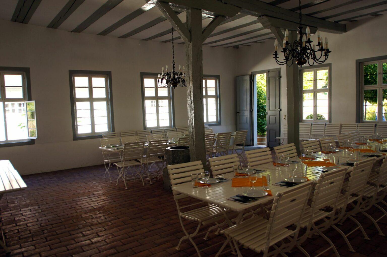 Raum zur Vermietung mit dekorierten Tischgarnituren