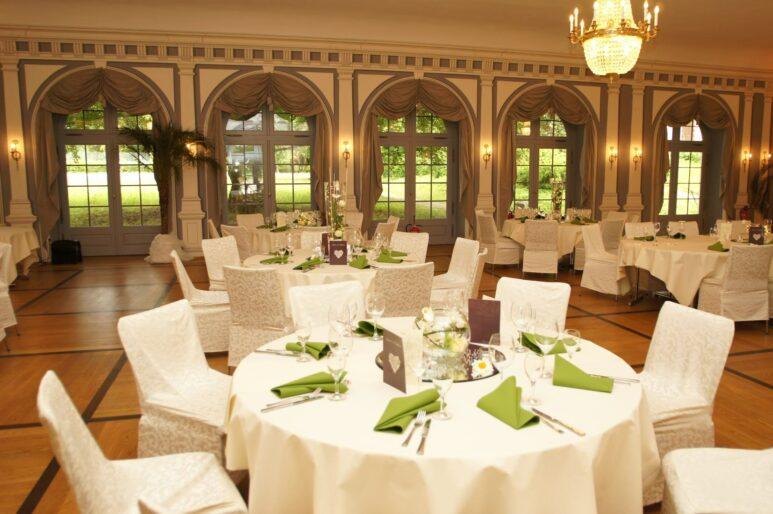 Festlich dekorierte Tische im großen Arkadensaal
