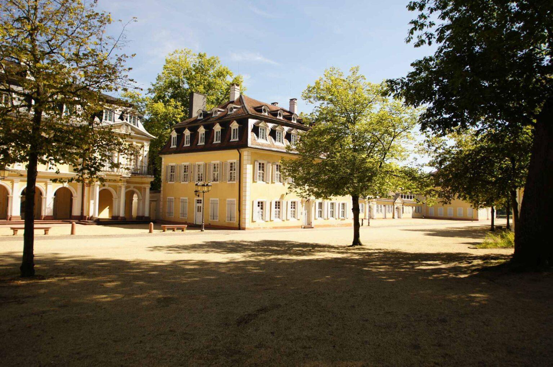 Blick auf den Arkadenbau im Staatspark Hanau-Wilhelmsbad