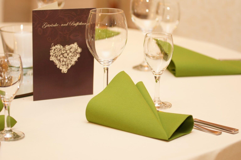 Festliche Tischdekoration mit Menükarte