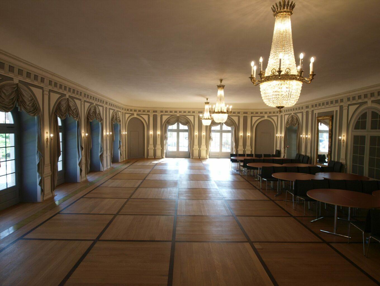 Der große Arkadensaal bevor die Tische für eine Feierlichkeit aufgebaut werden