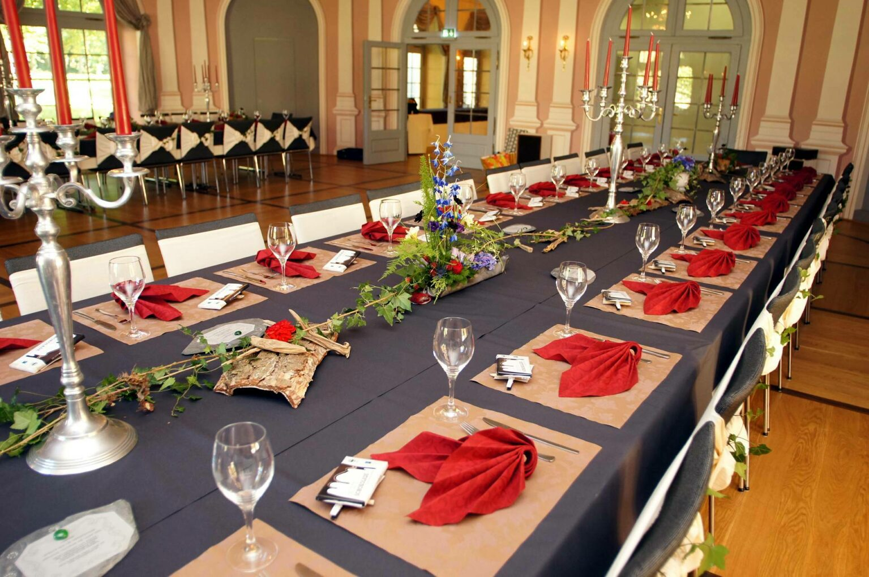 Mit festlicher Tischdekoration ausgestetteter kleiner Arkadensaal