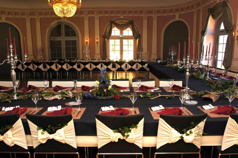 Der kleine Arkadensaal in Hanau-Wilhelmsbad mit festlich dekorierten Tischen