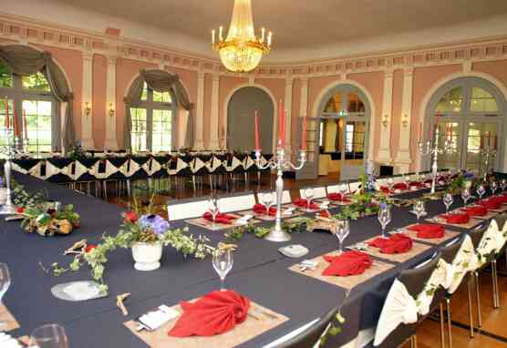 Festlich gedeckte Tische im kleinen Arkadensaal