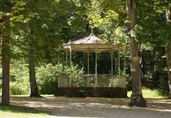 Musikpavillon im Staatspark Hanau-Wilhelmsbad umgeben von Bäumen