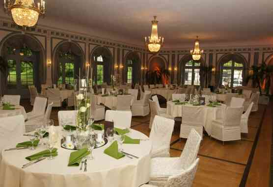 Festlich gedeckte Tische im Großen Arkadensaal
