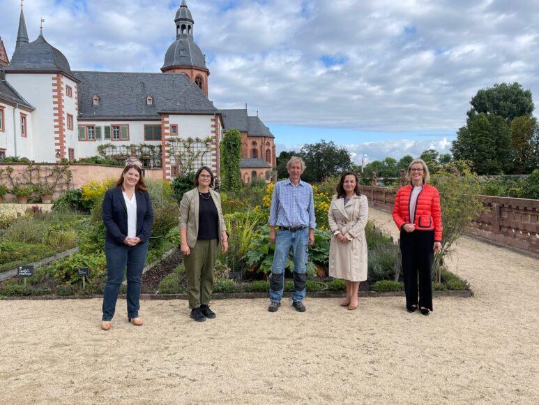 Bianca Limburg Dr Inken Formann Uwe Krienke Staatssekretaerin Ayse Asar und Kirsten Worms im Klostergarten Seligenstadt