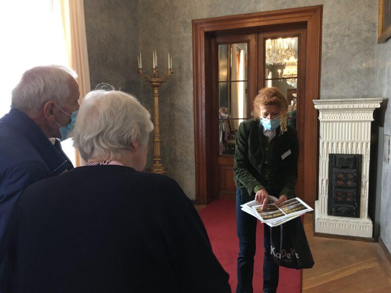 Brigitte Hagedorn veranschaulicht ihre restauratorische Herangehensweise am Tag der Restaurierung 2021