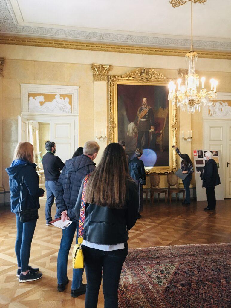 Susanne Danter beleuchtet Details am Portrait Wilhelm I im Speisesaal