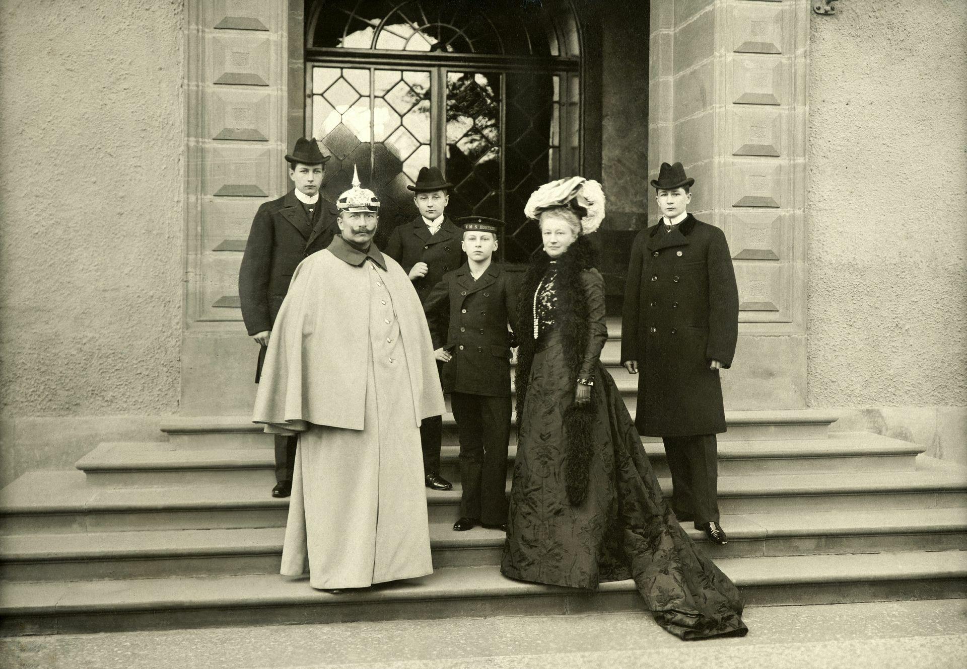 Thomas Heinrich Voigt, Die Kaiserliche Familie vor dem Bad Homburger Schloss, um 1898