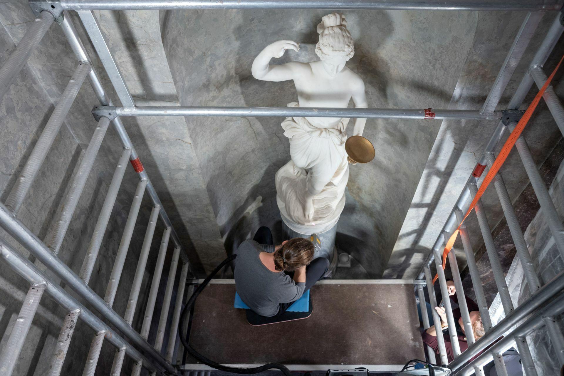 Bearbeitung einer Hebe-Skulptur im Treppenhaus der Kaiserlichen Appartements.