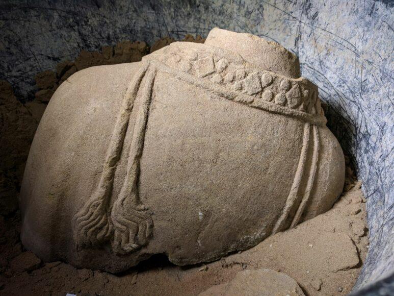Das Fragment einer Skulptur, wie es im Brunnen vorgefunden wurde.