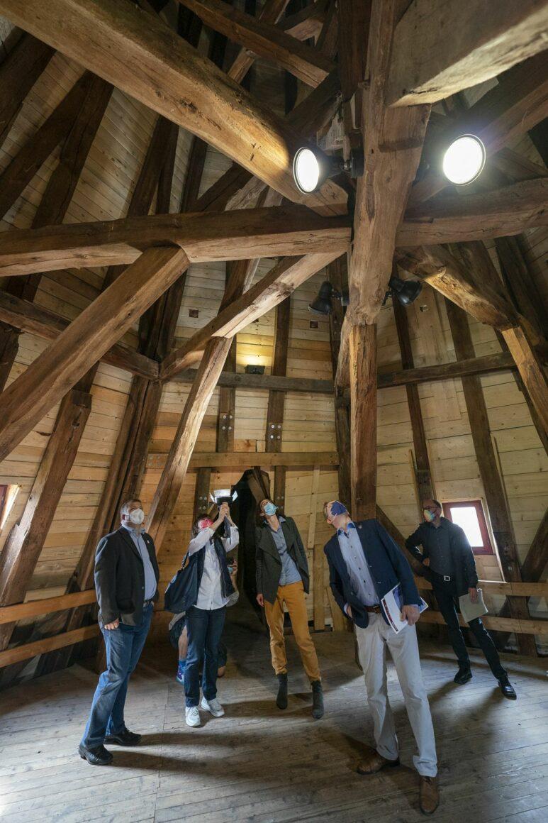 Holzkonstruktion direkt unter dem Spitzdach
