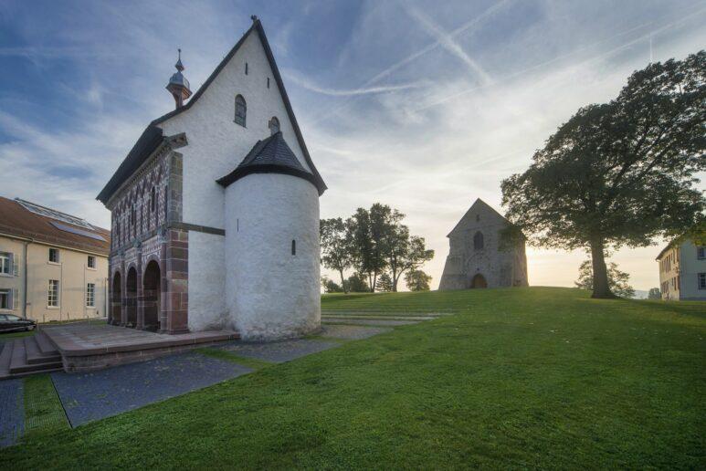 Blick auf die sogenannte Königshalle und das Kirchenfragment auf dem grünen Hügel von Kloster Lorsch