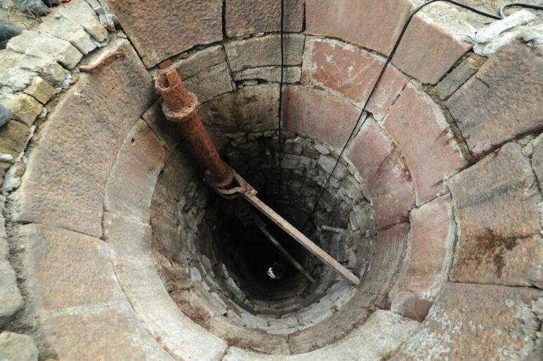 Aufsicht auf die Brunnenöffnung von kleinem Durchmesser.