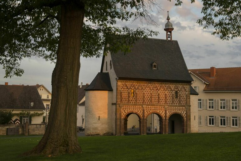Abendstimmung auf dem Gelände von Kloster Lorsch