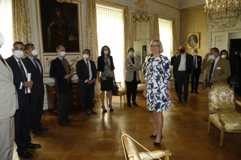 Der Versammlungssaal in den Kaiserlichen Appartements des Bad Homburger Schlosses. Kirsten Worms eröffnet die Besichtigung mit der Hessischen Ministerin für Wissenschaft und Kunst Angela Dorn.