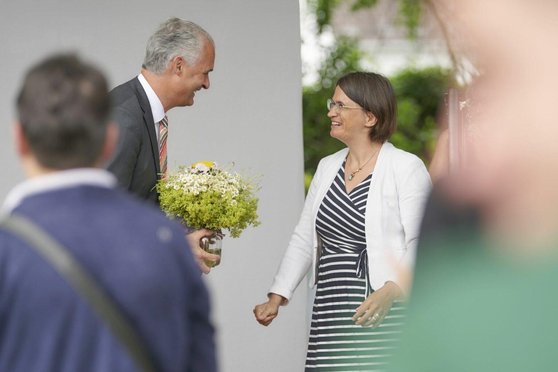 Kuratoriumsvorsitzender Karl Josef Ernst gratuliert Inken Formann zum gelungenen Start.