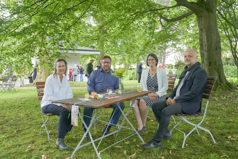 Sie sind die Köpfe hinter dem Projekt Teehaus-Sanierung und Museumseinrichtung (von links nach rechts): Susanne Erbel und Nils Wetter aus der Bauabteilung, Inken Formann, Chefin des Fachgebietes Gärten sowie Frank Forell, der Ausstellungsgestalter.