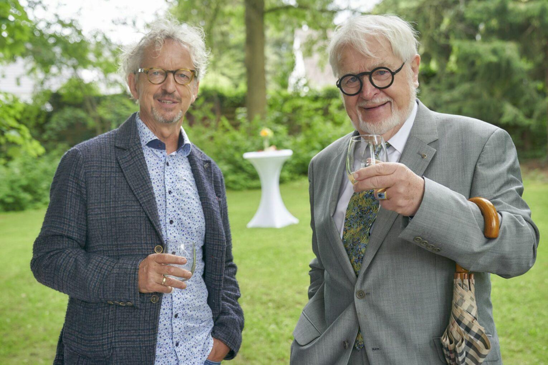 Der Leiter des Bad Homburger Schlossparks, Peter Vornholt links), mit dem früheren Direktor der Staatlichen Schlösser und Gärten Hessen, Dr. Kai Mathieu.