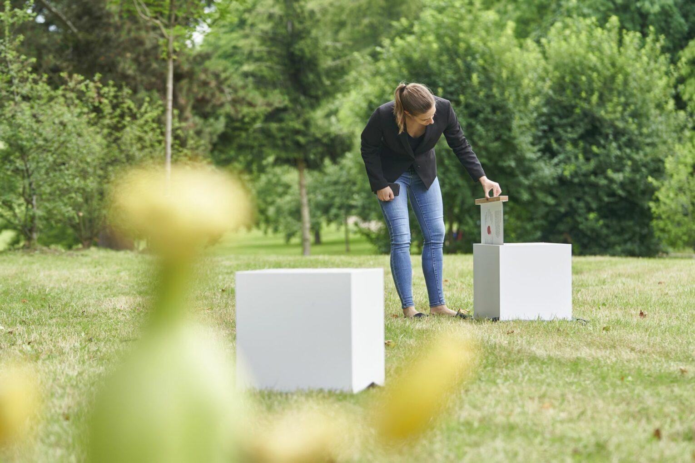 Info-Boxen des Museums waren zur Einweihungsfeier auf den Rasen gestellt.