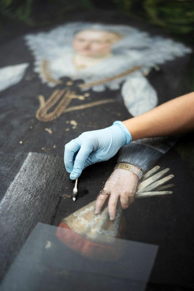 Reinigung eines Gemäldes.