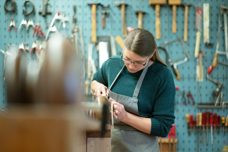 In den Restaurierungswerkstätten arbeiten Spezialist:innen für Möbel